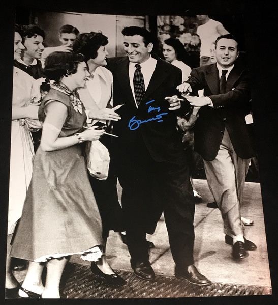 Tony Bennett Signed 16 x 20 Photograph (BAS/Beckett Guaranteed)